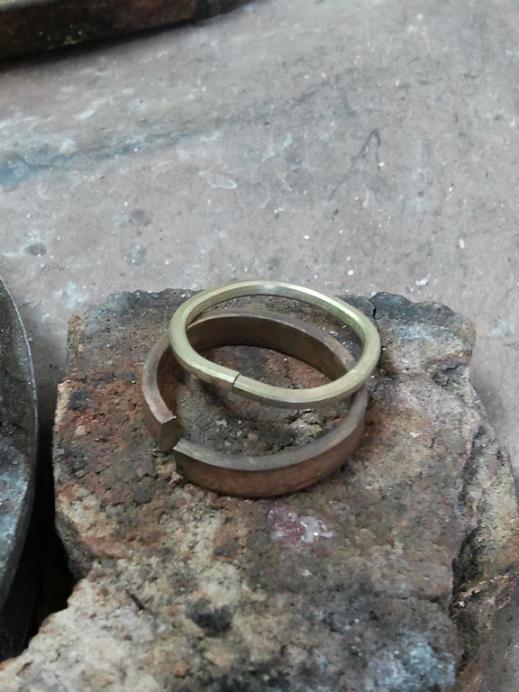 können wird ein zweifarbiges Ehering aus zwei (weiß und Gelbgold ...