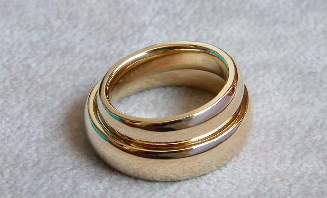 Eheringe in 585 Gold. Breite 6mm und 5mm. Stärke 2,5mm. Gewicht 25,5 ...
